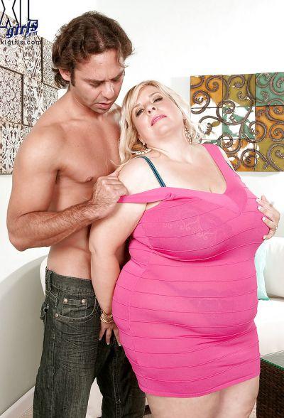 Фото №4 Размял титьки толстой мамаше