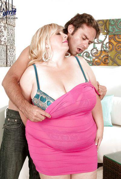 Фото №6 Размял титьки толстой мамаше