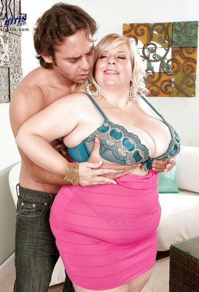 Фото №7 Размял титьки толстой мамаше