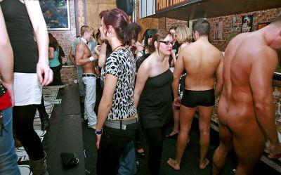 Фото №7 Шлюхи трахаются на вечеринке