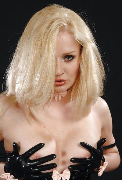 Фото №12 Секусальная блондинка Kinky Niky в латексе и в чулках