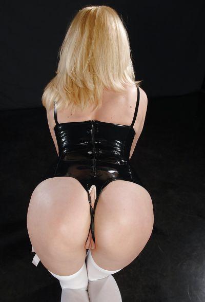 Фото №14 Секусальная блондинка Kinky Niky в латексе и в чулках