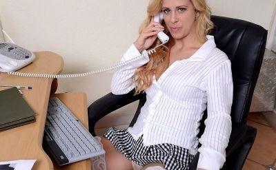 Фото №2 Офисная милфа Cherie Deville в короткой юбке вывалила сиськи