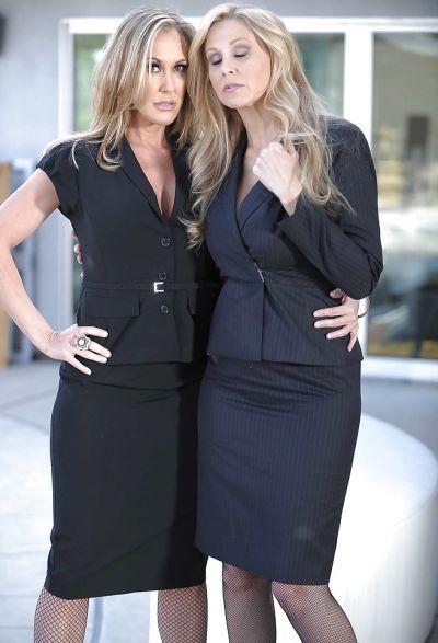 Фото №1 Две светловолосые милфы Julia Ann и Brandi Love раздевают друг друга