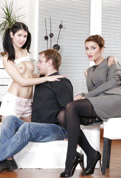 Фото №1 Секс втроем с женой и молодой брюнеткой
