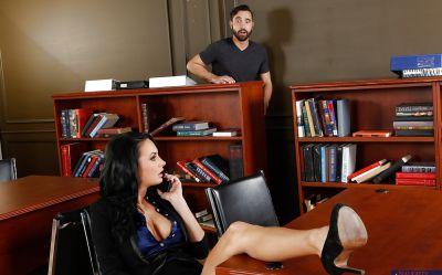 Фото №1 Развратная офисная милфа раздвинула ножки перед щетинистым самцом