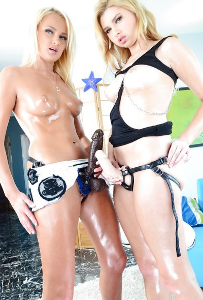 Фото №10 Две блондинки со страпонами позируют на камеру