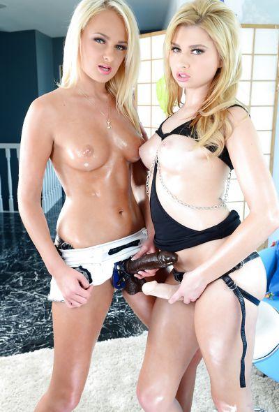 Фото №4 Две блондинки со страпонами позируют на камеру