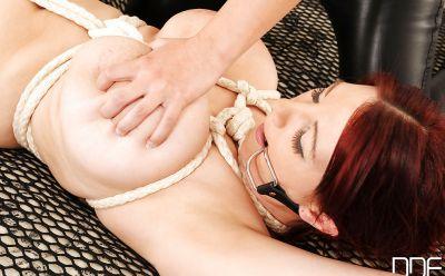 Фото №10 Блондинка в латексе насильно удовлетворяет рыжую зрелую подругу