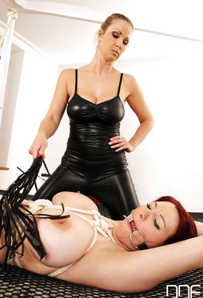 Фото №9 Блондинка в латексе насильно удовлетворяет рыжую зрелую подругу