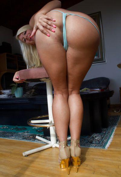 Фото №10 Сексуальная блондинка показала большую сочную жопу