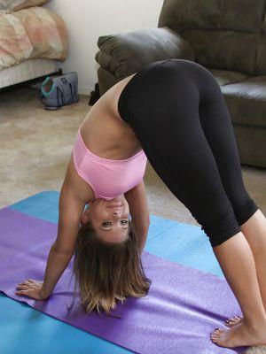 Девушка занимается гимнастикой и раздевается