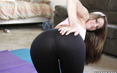 Фото №10 Девушка занимается гимнастикой и раздевается