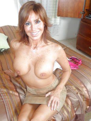 Зрелая леди разделась и раздвинула ноги на кровати
