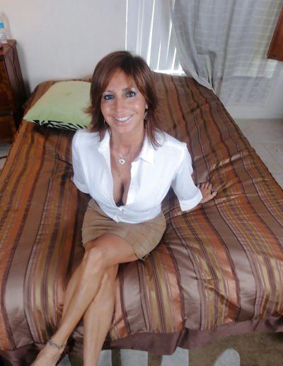 Фото №1 Зрелая леди разделась и раздвинула ноги на кровати