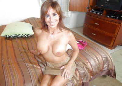 Фото №10 Зрелая леди разделась и раздвинула ноги на кровати