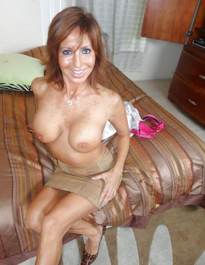 Фото №11 Зрелая леди разделась и раздвинула ноги на кровати