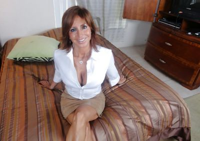 Фото №3 Зрелая леди разделась и раздвинула ноги на кровати