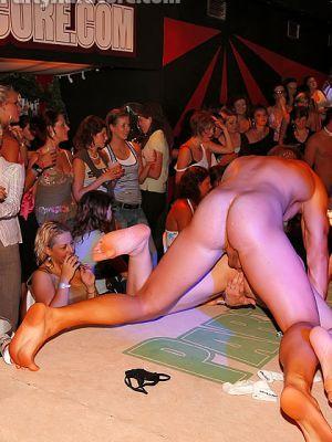 Шлюхи развлекаются с голыми стриптизерами на крупной вечеринке