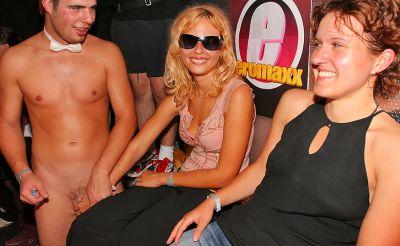 Фото №10 Шлюхи развлекаются с голыми стриптизерами на крупной вечеринке