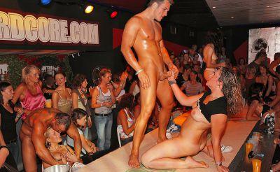 Фото №11 Шлюхи развлекаются с голыми стриптизерами на крупной вечеринке