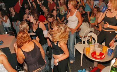 Фото №15 Шлюхи развлекаются с голыми стриптизерами на крупной вечеринке