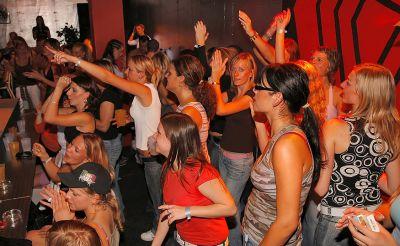 Фото №5 Шлюхи развлекаются с голыми стриптизерами на крупной вечеринке