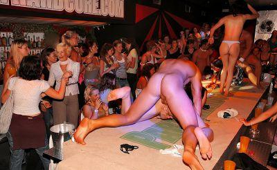 Фото №6 Шлюхи развлекаются с голыми стриптизерами на крупной вечеринке