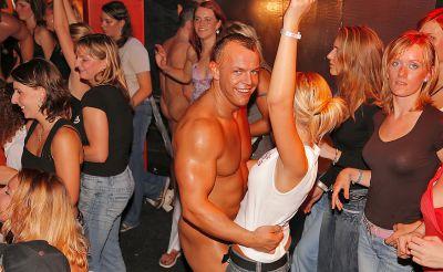 Фото №7 Шлюхи развлекаются с голыми стриптизерами на крупной вечеринке