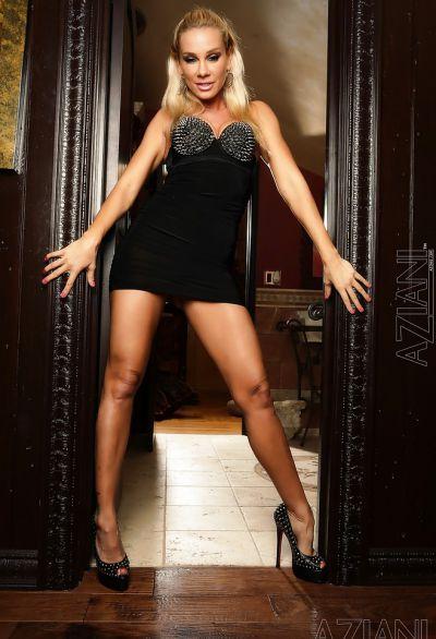 Фото №2 Шаловливая блондинка с сочным задом