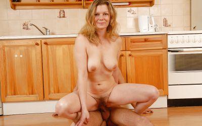 Фото №14 Зрелая блондинка приняла в мохнатку молодой член