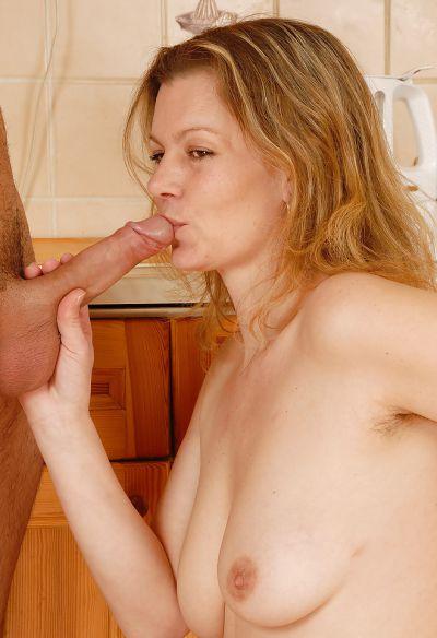 Фото №8 Зрелая блондинка приняла в мохнатку молодой член