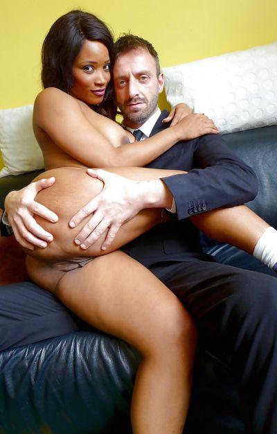 Фото №1 Белый мужик грубо чпокнул сексуальную негритянку
