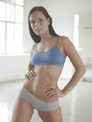 Брюнетка Kari Sweets эротично упражняется и оголяет грудь