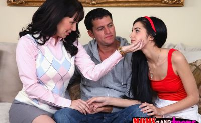 Фото №2 Мамаша учит падчерицу сосать член
