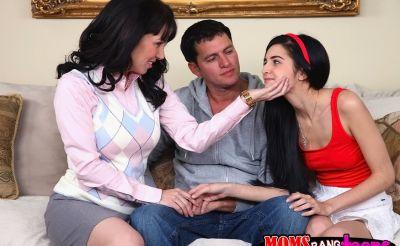 Фото №3 Мамаша учит падчерицу сосать член