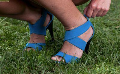 Фото №4 Голая милфа мнёт киску лежа на траве