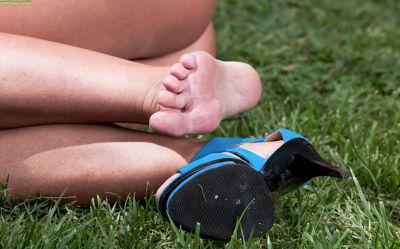 Фото №7 Голая милфа мнёт киску лежа на траве