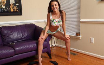 Фото №5 Молодая брюнетка мастурбирует странным способом