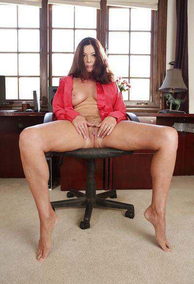 Фото №10 Зрелая женщина раздвинула ножки