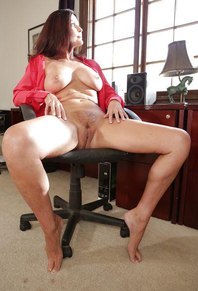 Фото №14 Зрелая женщина раздвинула ножки