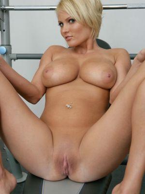 Блондинка разделась в спортзале и засунула палец в киску