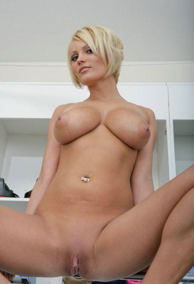 Фото №16 Блондинка разделась в спортзале и засунула палец в киску