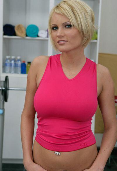 Фото №2 Блондинка разделась в спортзале и засунула палец в киску