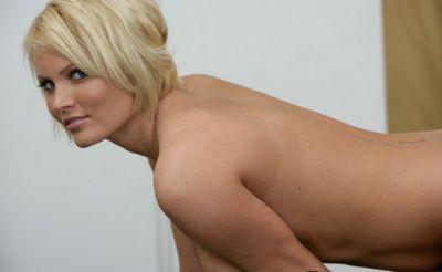 Фото №6 Блондинка разделась в спортзале и засунула палец в киску