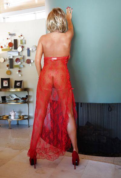Фото №10 Зрелая милфа в прозрачном красном платье показала наливные дыни