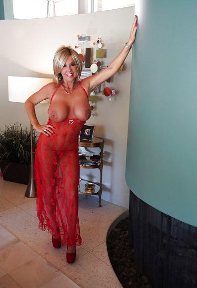Фото №12 Зрелая милфа в прозрачном красном платье показала наливные дыни