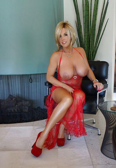 Фото №2 Зрелая милфа в прозрачном красном платье показала наливные дыни