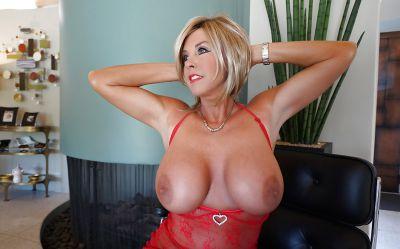 Фото №4 Зрелая милфа в прозрачном красном платье показала наливные дыни