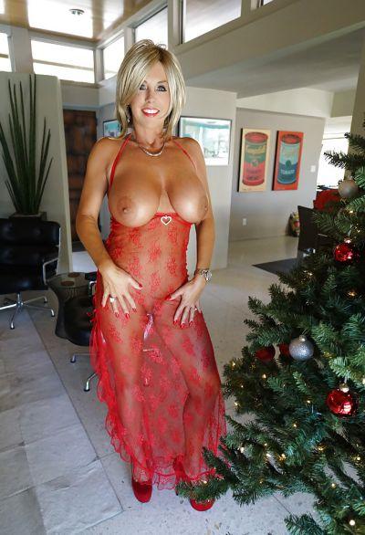Фото №9 Зрелая милфа в прозрачном красном платье показала наливные дыни